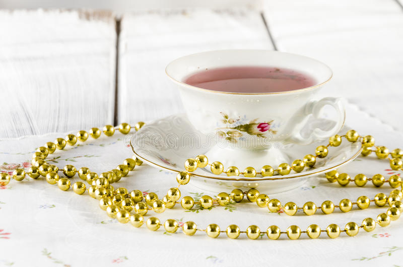 vecchia tazza elegante fatta di porcellana genuina fotografia stock libera da diritti