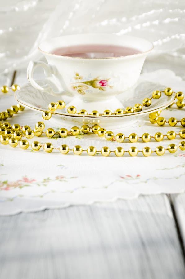 vecchia tazza elegante fatta di porcellana genuina fotografia stock