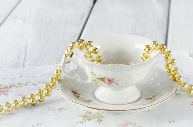 vecchia tazza elegante fatta di porcellana genuina immagini stock libere da diritti