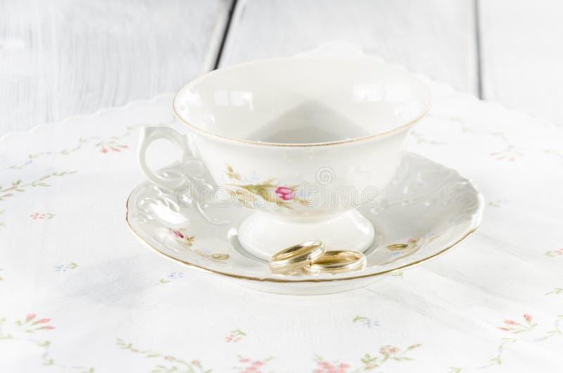 vecchia tazza elegante fatta di porcellana genuina fotografie stock