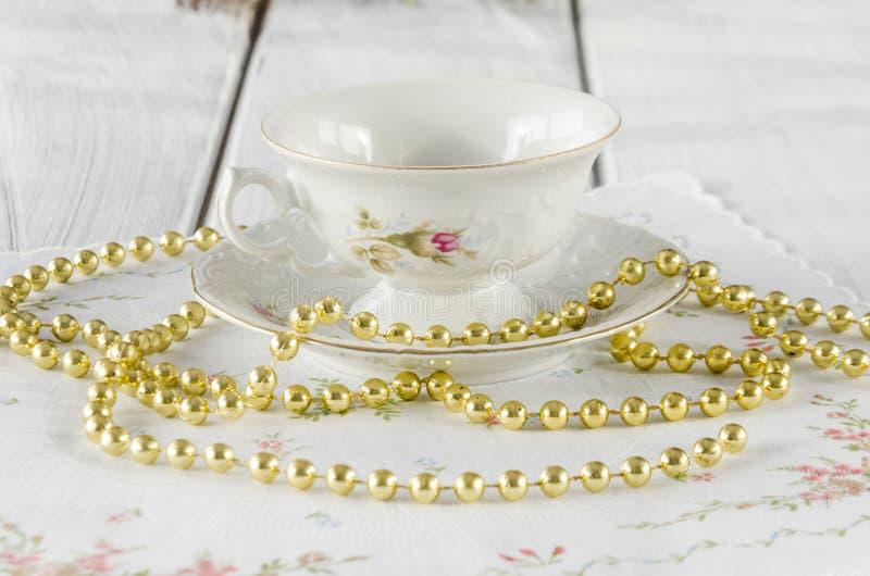 vecchia tazza elegante fatta di porcellana genuina fotografie stock libere da diritti