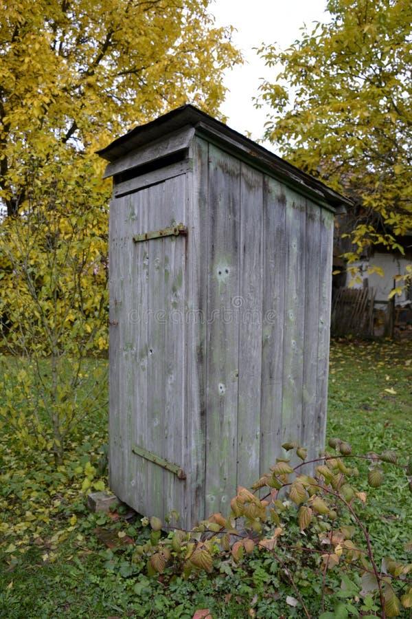 Vecchia toilette di legno all'aperto fotografia stock
