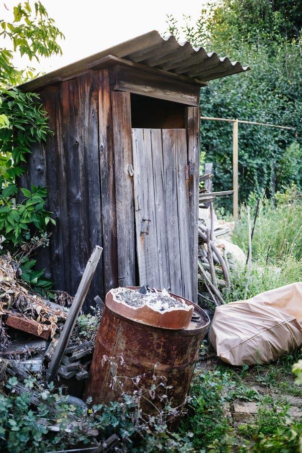 Vecchia toilette di legno in villaggio fotografie stock