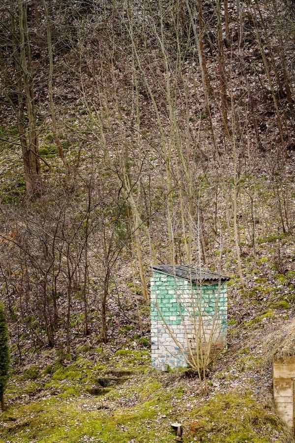 Vecchia toilette rurale fatta dei mattoni fotografia stock
