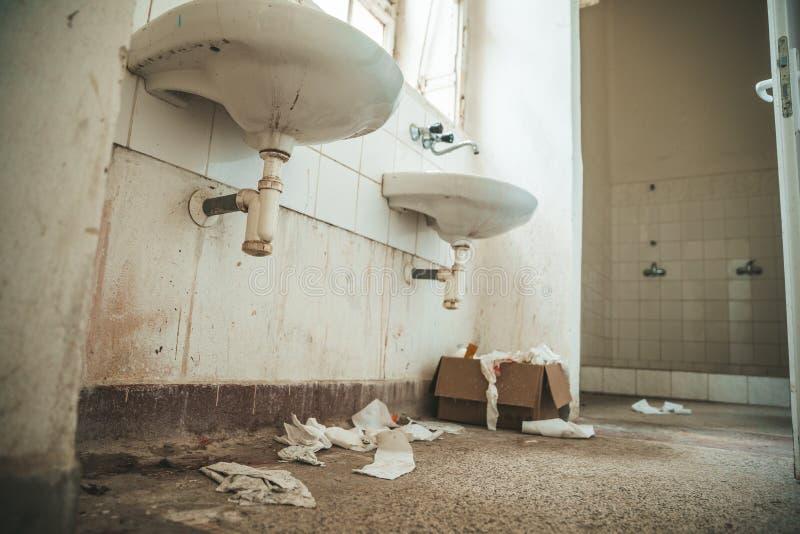 Vecchia toilette sporca nella costruzione abbandonata dell'ospedale psichiatrico sporcizia e disordine sull'attrezzatura sociale fotografie stock libere da diritti