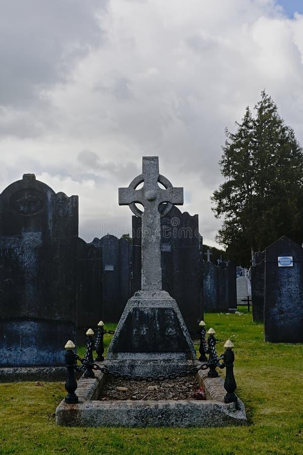 Vecchia tomba grave storica con la croce celtica nel cimitero di Glasnevin, Dublino immagini stock libere da diritti