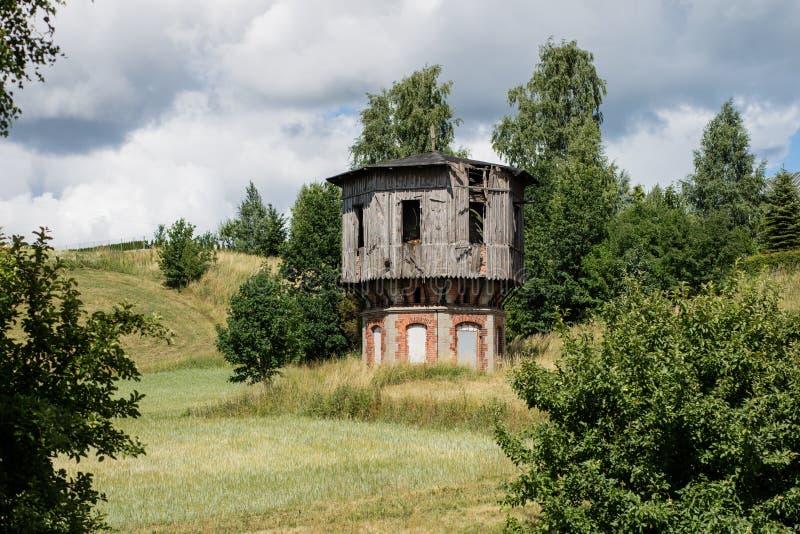 Vecchia torre di acqua alla stazione ferroviaria Attrezzatura ferroviaria per Ra immagine stock