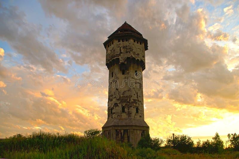 Download Vecchia Torre Di Acqua, Cielo Nuvoloso Immagine Stock - Immagine di full, abbandonato: 30831925
