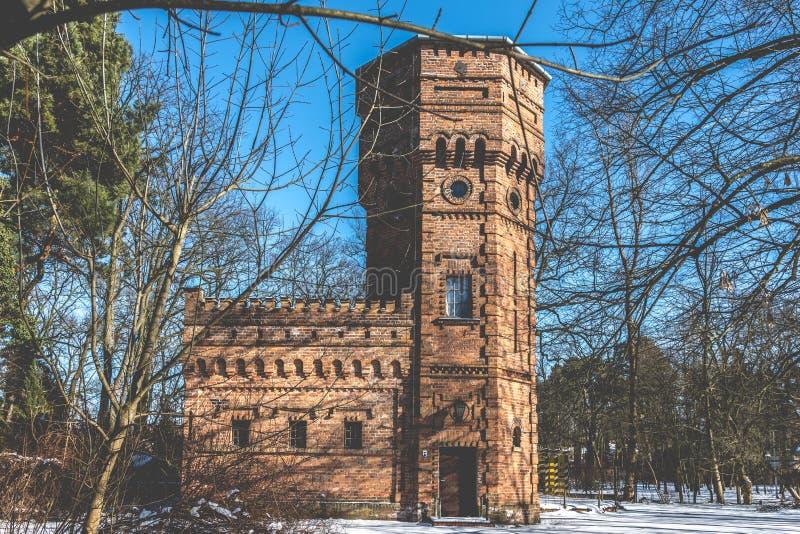 Vecchia torre di acqua del mattone, Konstancin-Jeziorna, Polonia immagine stock