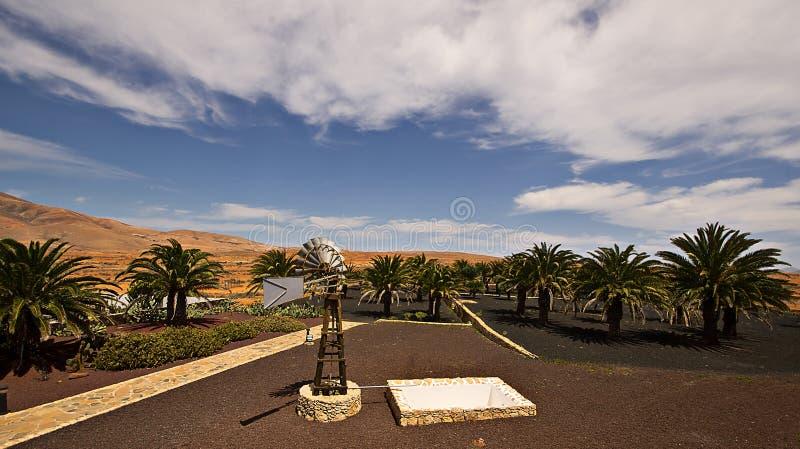 Vecchia torre di acqua del mulino a vento fotografia stock