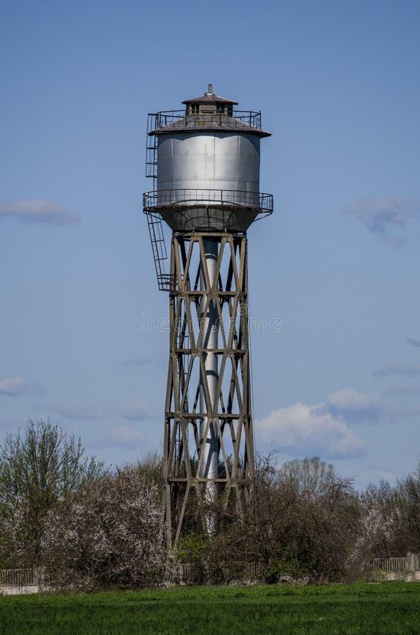 Vecchia torre di acqua della cittadina immagini stock