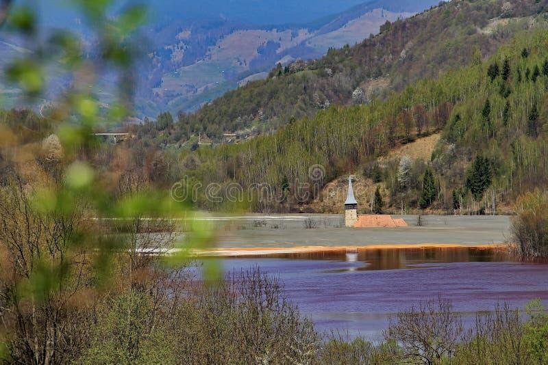 Vecchia torre di chiesa in lago contaminato 2 fotografia stock libera da diritti