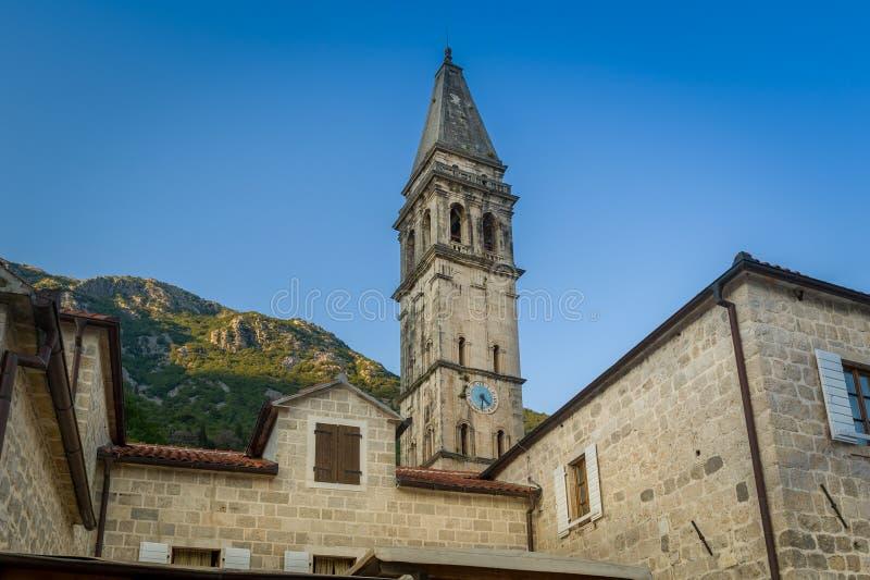 Vecchia torre di orologio della città di Perast fotografia stock libera da diritti