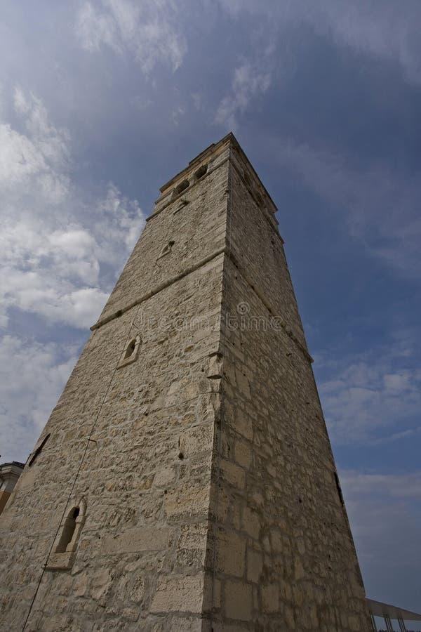 Vecchia torretta di segnalatore acustico della chiesa di pietra fotografie stock