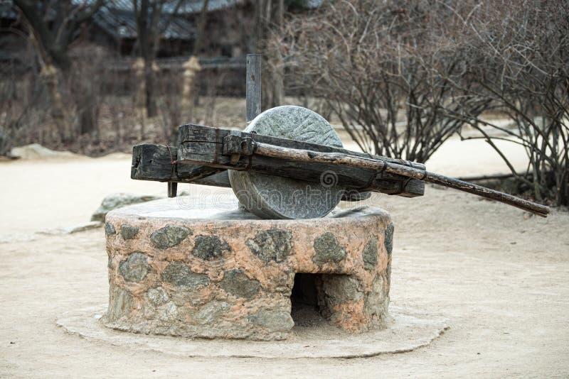 Vecchia tradizione della pietra del mulino della Corea del Sud immagini stock libere da diritti