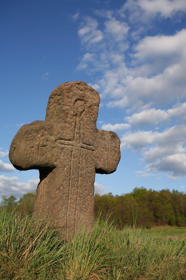 Vecchia traversa di pietra con il simbolo della spada fotografia stock libera da diritti