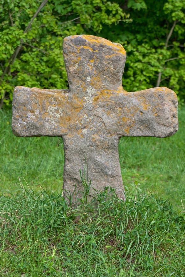 Vecchia traversa di pietra in erba fotografie stock libere da diritti
