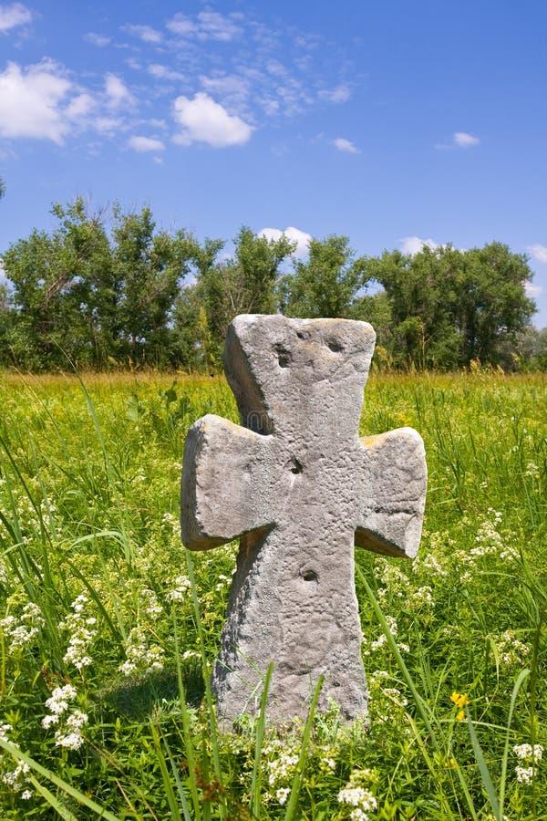 Vecchia traversa di pietra sul prato fotografia stock libera da diritti