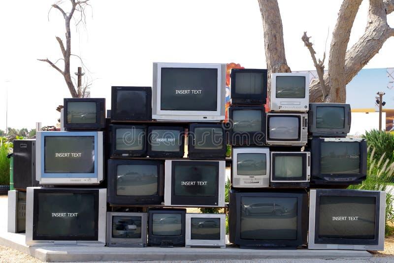 Vecchia TV s immagazzinata sulla via prima che vadano per riciclare fotografie stock libere da diritti