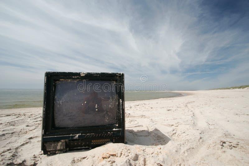 Vecchia TV sulla spiaggia fotografia stock libera da diritti