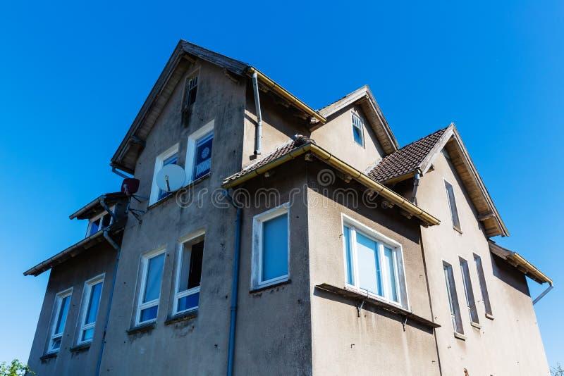 Vecchia una casa unifamiliare abbandonata immagine stock libera da diritti