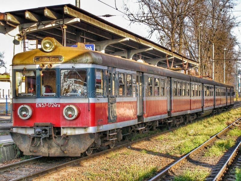 Vecchia unità elettrica multipla En57 gestita da Przewozy Regionalne nella stazione di Cesky Tesin a Czechia fotografie stock libere da diritti