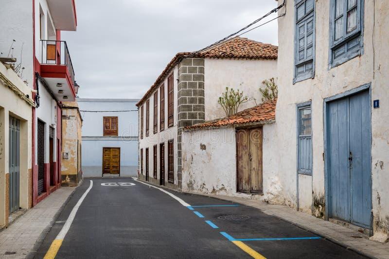 Vecchia via del villaggio delle isole Canarie tipiche fotografia stock libera da diritti