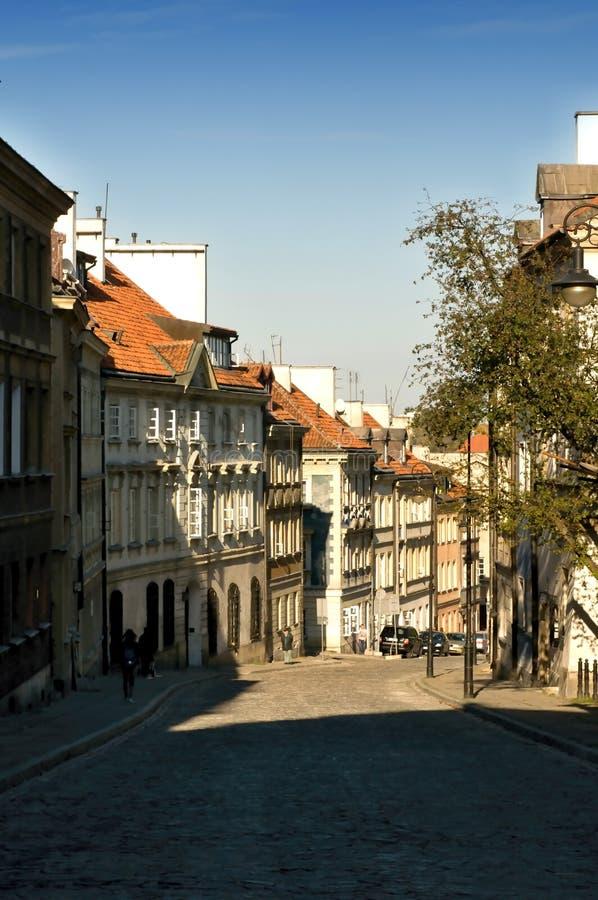 Vecchia via della città nello streptococco di Varsavia Mostowa fotografia stock