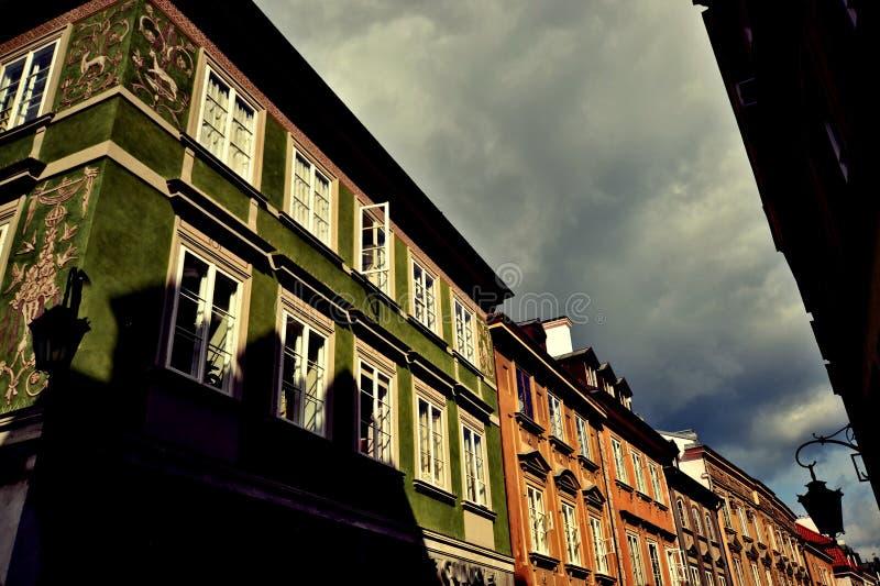 Vecchia via della città a Varsavia fotografie stock libere da diritti