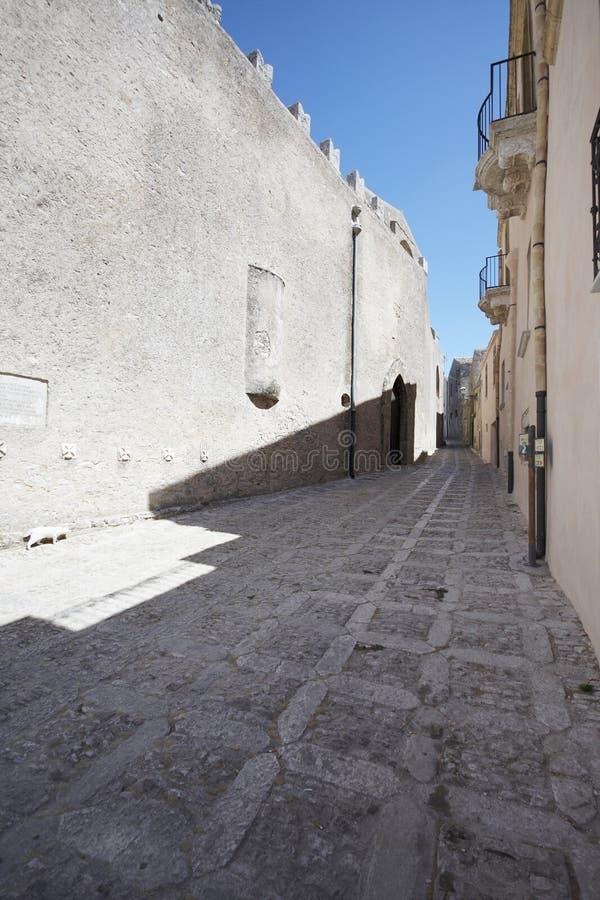 Vecchia via di medio evo in Erice, Sicilia L'Italia fotografia stock libera da diritti