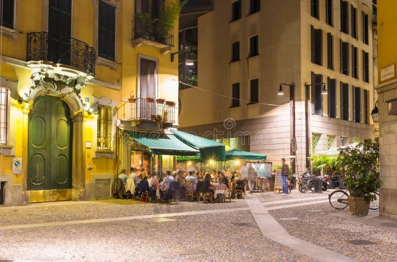 Vecchia via a Milano alla notte fotografie stock