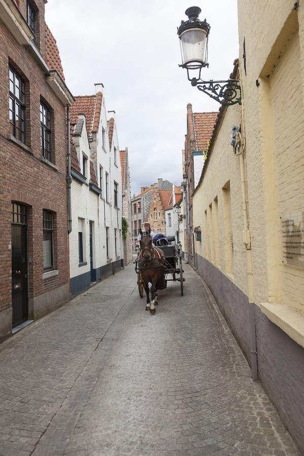 Vecchia via nella città belga di Bruges con il cavallo ed il carretto fotografie stock libere da diritti
