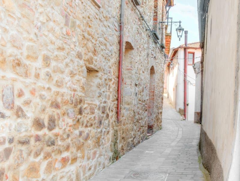 Vecchia via nelle pietre vicino a Matera nella capitale europea dell'Unesco dell'Italia di cultura 2019 fotografia stock