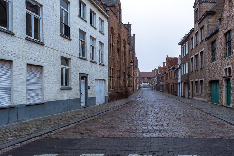 Vecchia via pittoresca di Bruges con le case medievali tradizionali immagini stock