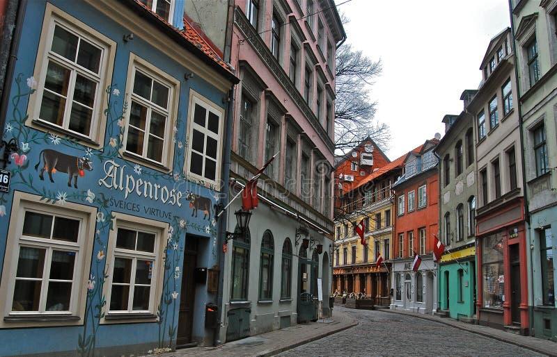Vecchia via a Riga, Lettonia fotografia stock