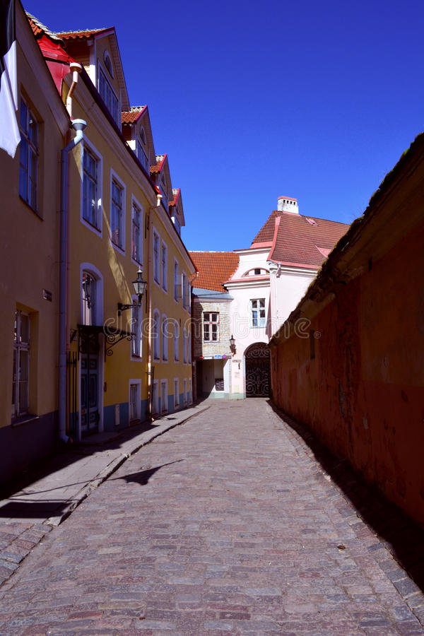 Vecchia via stretta medievale a Tallinn, una vista di prospettiva, Estonia fotografie stock libere da diritti