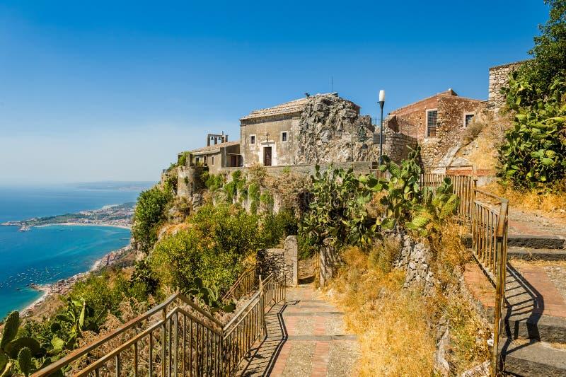 Vecchia vista della chiesa di Taormina fotografia stock libera da diritti
