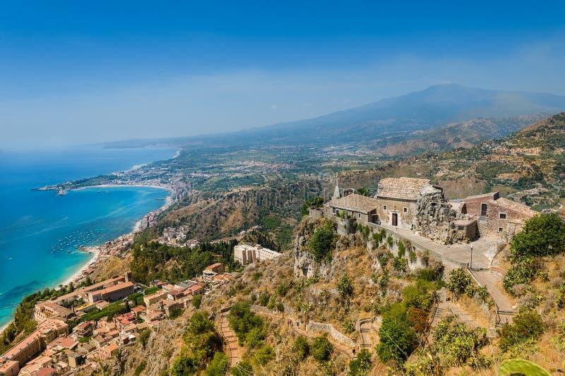 Vecchia vista della chiesa di Taormina fotografie stock libere da diritti