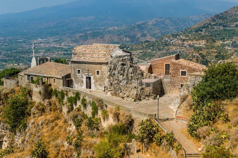 Vecchia vista della chiesa di Taormina immagini stock