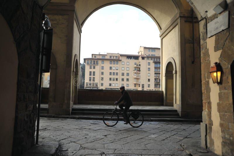 Vecchia vista della via nella città di Firenze, Italia Giorno di inverno nella città di Firenze fotografia stock libera da diritti