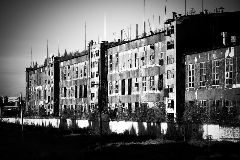 Vecchia vista di prospettiva rovinoso della fabbrica fotografia stock