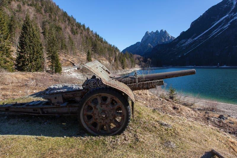 Vecchie armi arrugginite vicino al lago Predil immagini stock