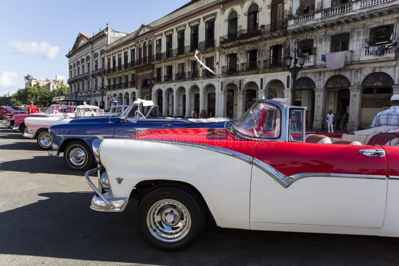 Vecchie automobili americane variopinte in habana Cuba fotografie stock