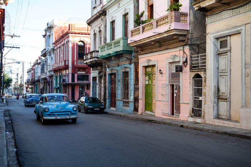 Vecchie automobili classiche americane nelle vie di vecchia Avana, Cuba fotografia stock libera da diritti