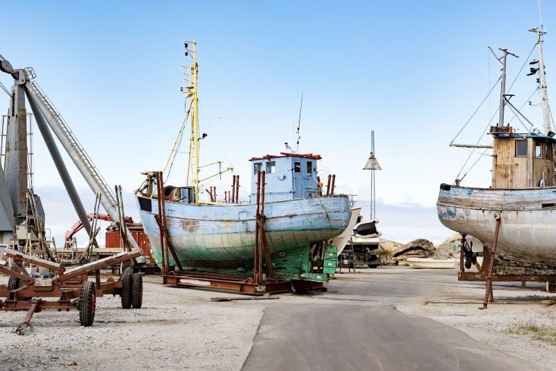 Vecchie barche di legno in molo, Groenlandia fotografia stock libera da diritti