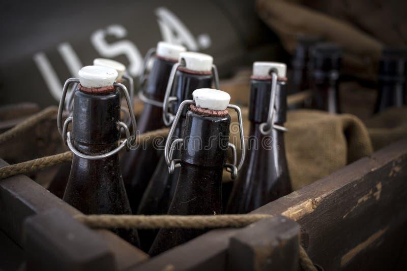Vecchie bottiglie di birra d'annata immagini stock libere da diritti
