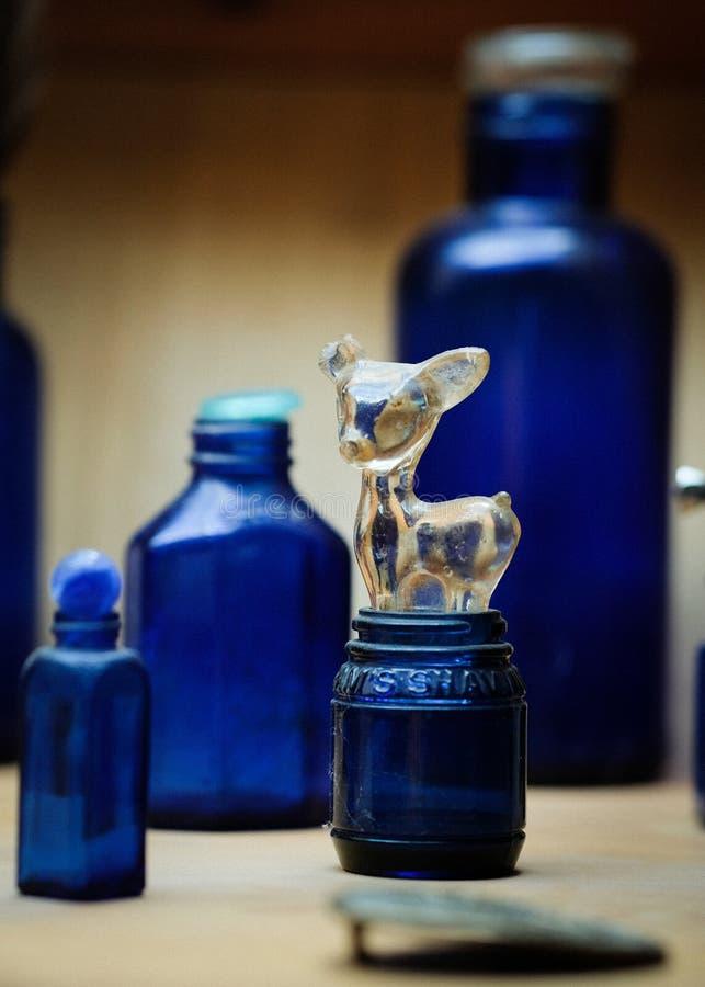 Vecchie bottiglie di vetro dal periodo di selvaggi West e dalla colonizzazione di U.S.A. fotografie stock