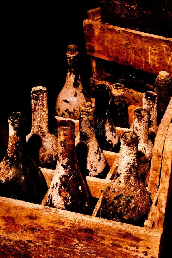 Vecchie bottiglie di vino in cassa di legno immagini stock