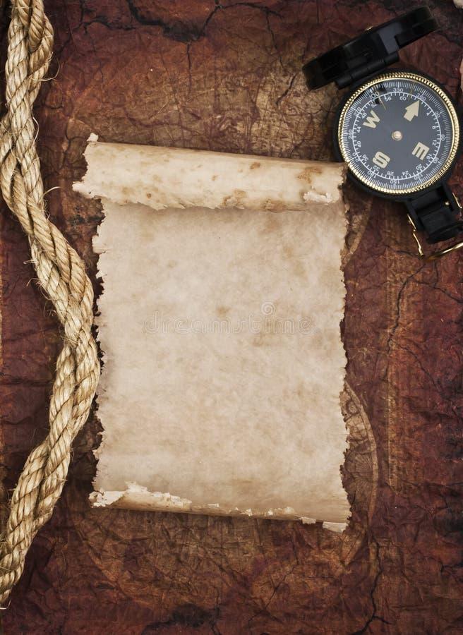Vecchie bussola e corda sul fondo di lerciume immagini stock libere da diritti