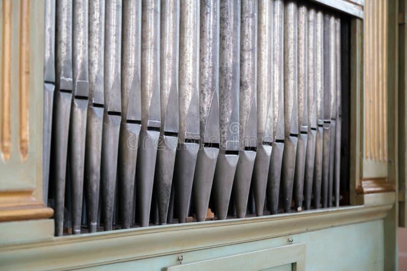 Vecchie, canne d'organo d'argento in una chiesa usata per il gioco della musica sacra Molti tubi di aria, tubi sani nella cattedr fotografia stock